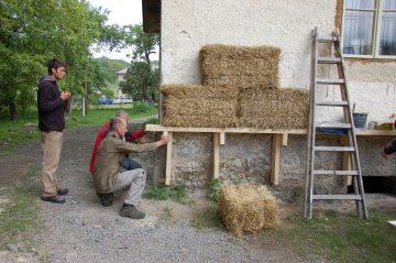 M4: Slamené stavanie, metóda: obalová @ ekcentrum ArTUR | Hrubý Šúr | Slovensko