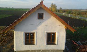 Dom s izoláciou zo slamených balíkov a vápennými omietkami